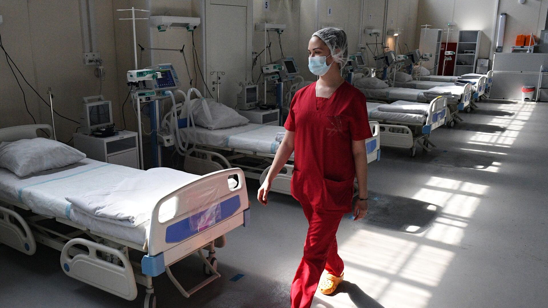 Медицинский работник в отделении реанимации и интенсивной терапии в госпитале Ленэкспо в Санкт-Петербурге - РИА Новости, 1920, 15.06.2021