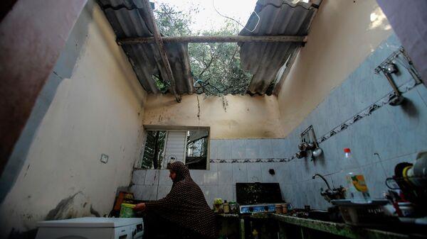 Жители Газы в доме, разрушенном в результате бомбардировки в секторе Газа