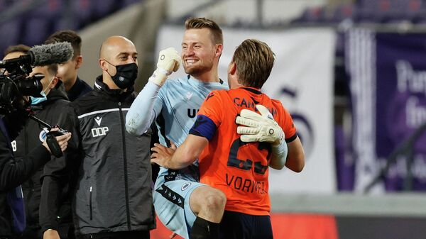 Brugge's Belgium goalkeeper Simon Mignolet and Brugge's Belgium  midfielder Ruud Vormer celebrate after winning the title during the Belgian Jupiler Pro League football match between RSC Anderlecht and Club Brugge KV in Brussels on May 20, 2021. (Photo by BRUNO FAHY / various sources / AFP) / Belgium OUT