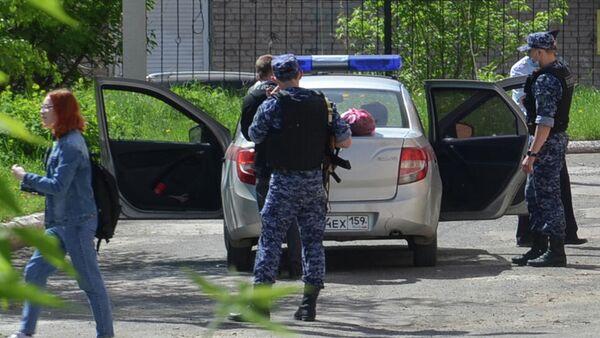 Обстановка возле лицея №1 в городе Березники, где ученик напал на учительницу