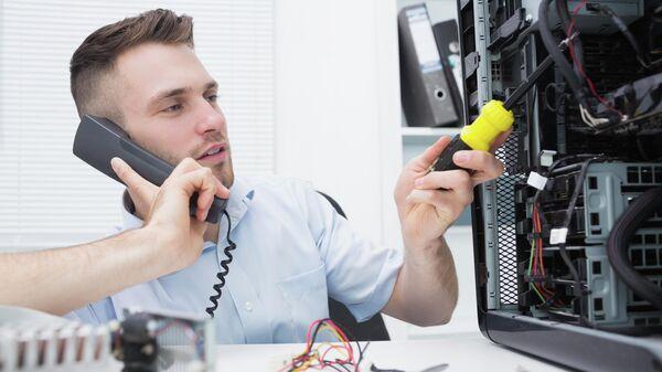 Компьютерный инженер во время ремонта компьютера