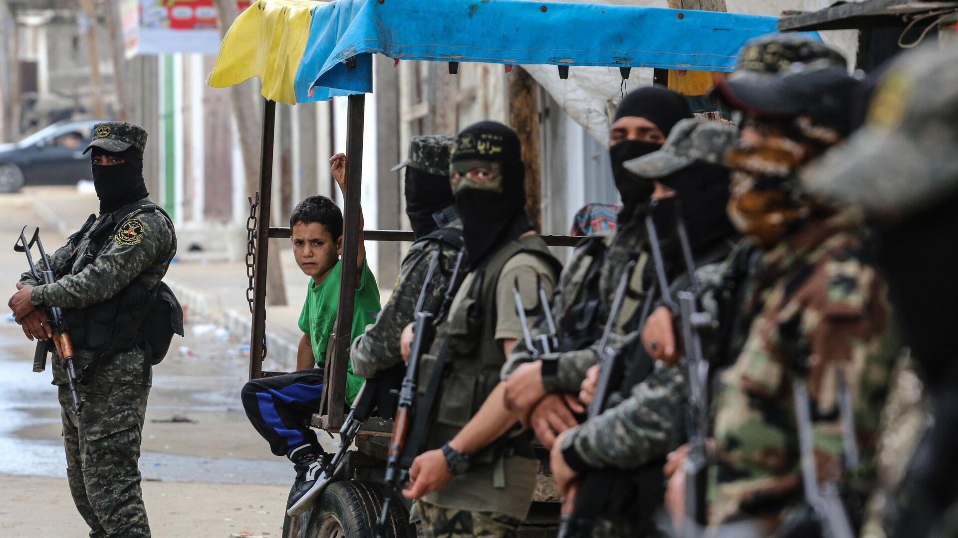 Военные и ребенок на одной из улиц сектора Газа - РИА Новости, 1920, 31.05.2021