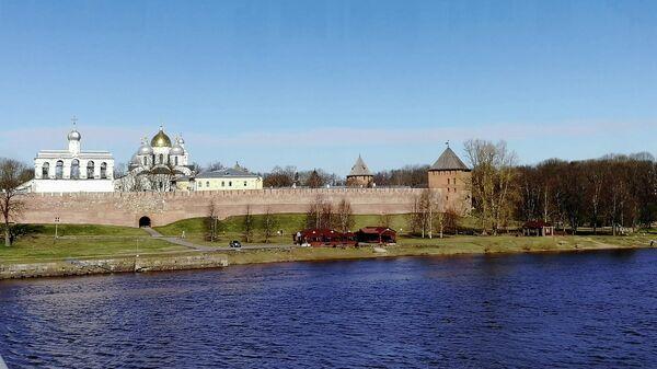 Вид на Софийский собор с набережной реки Волхов