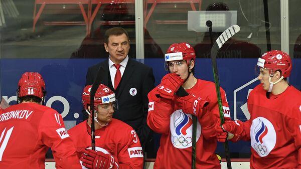 Главный тренер сборной России Валерий Брагин с хоккеистами команды