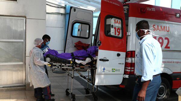 Скорая помощь возле больницы для лечения пациентов с COVID-19 в пригороде Рио-де-Жанейро, Бразилия