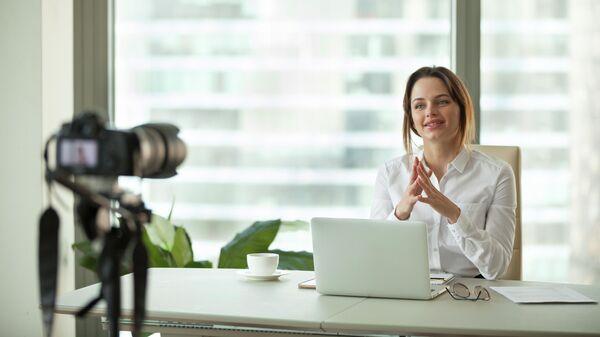 Блогер во время записи видео