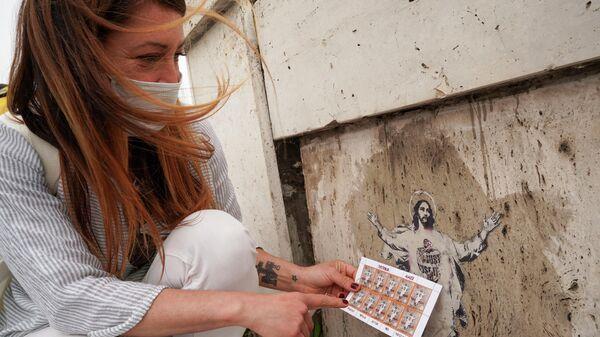 Стрит-арт художница из Ватикана Алессия Бэброу рядом со своей работой