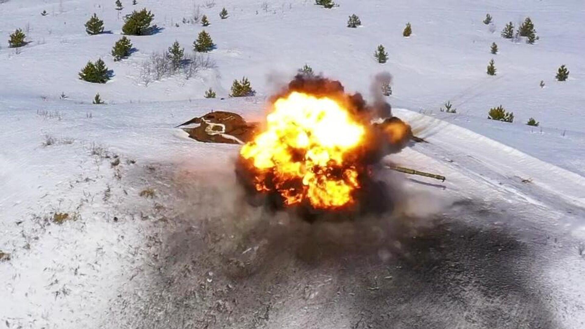 Танк, подорванный управляемой ракетой Вихрь во время испытаний на полигоне Минобороны России. Скриншот видео - РИА Новости, 1920, 26.05.2021
