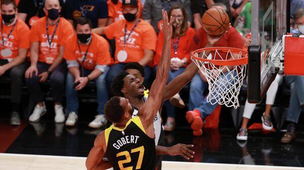 Игровой момент матча НБА Юта - Мемфис