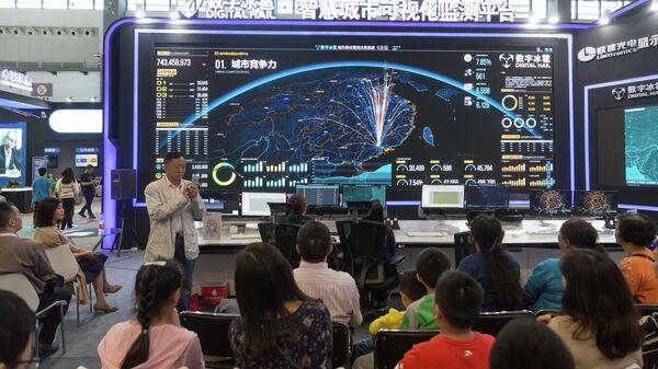 Посетители международного ЭКСПО индустрии больших данных в городе Гуйян, 2018 год