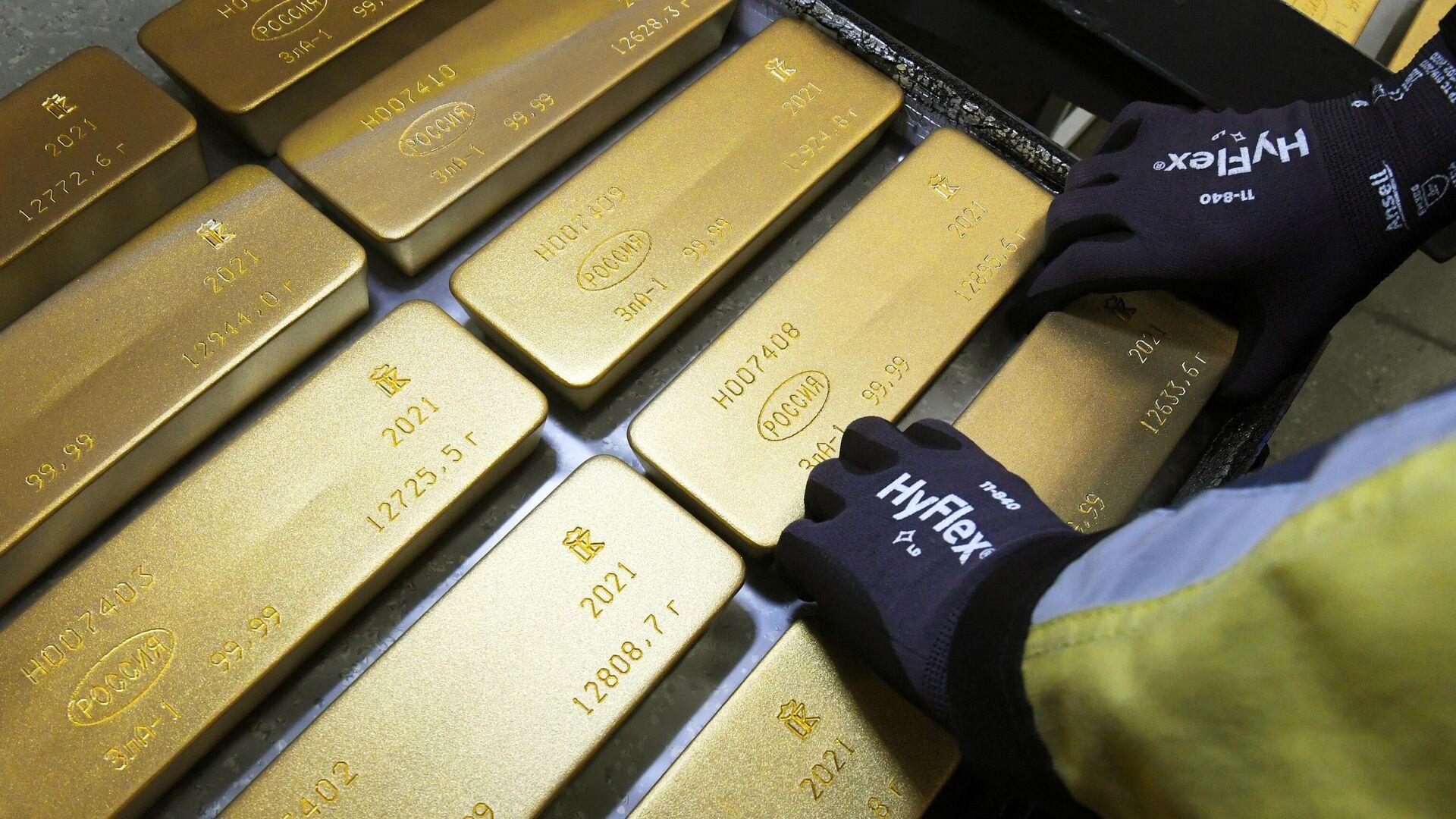 Сотрудник укладывает на тележку маркированные слитки золота высшей пробы - РИА Новости, 1920, 10.06.2021