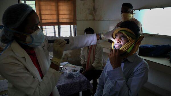 Врач осматривает человека, инфицированного черным грибком в отделении мукормикоза государственной больницы Хайдарабаде в Индии
