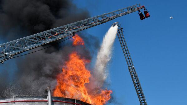Учения МЧС по тушению пожара на нефтяном месторождении