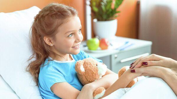 Женщина держит за руку девочку в больничной палате
