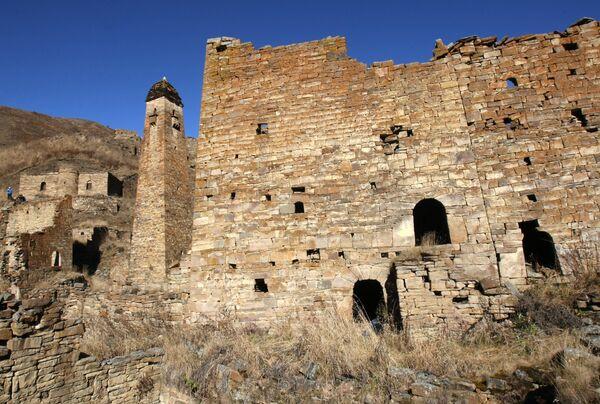 Развалины башенного комплекса и боевая башня 15-16 веков в древнем селении Никарой Итум-Калинского района Чечни