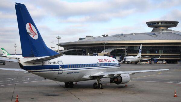 Самолет компании Белавиа в аэропорту Внуково в Москве