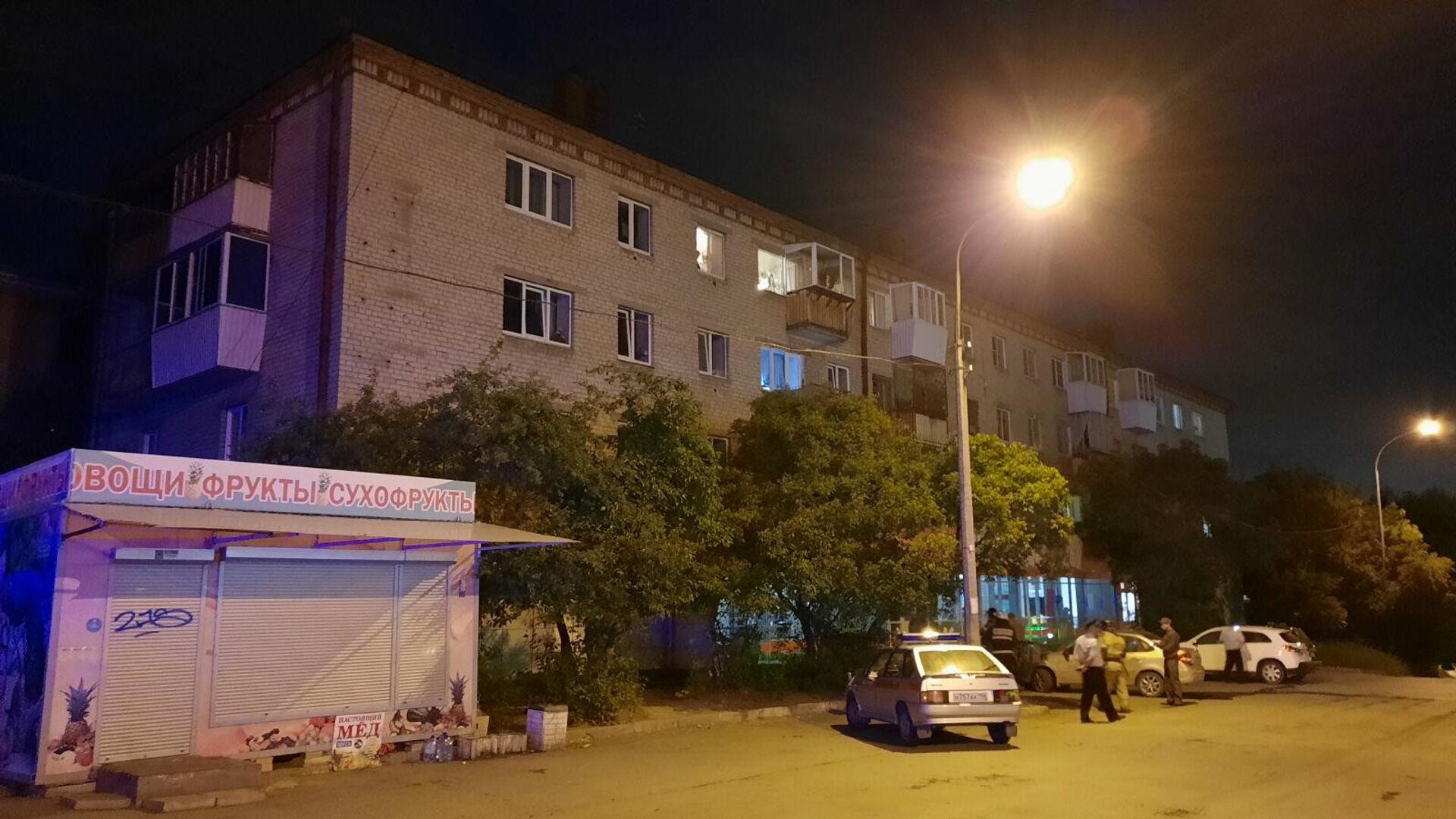В Екатеринбурге мужчина, произвел выстрелы из охотничьего карабина по находившимся во дворе дома людям  - РИА Новости, 1920, 31.05.2021
