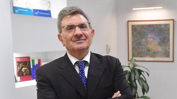 Председатель совета директоров АО Банк Интеза Антонио Фаллико перед началом интервью
