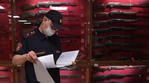 Сотрудник Росгвардии проводит проверку в оружейном магазине в Санкт-Петербурге