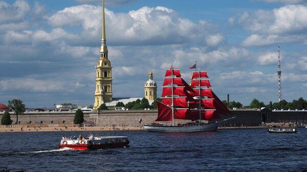 Бриг Россия прибыл к празднику Алые паруса у Петропавловской крепости в Санкт-Петербурге