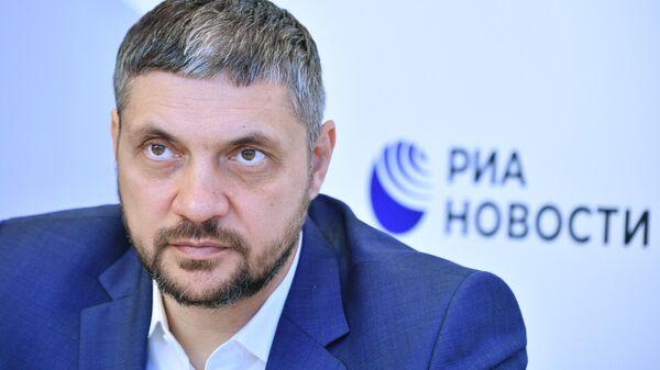 Губернатор Забайкальского края Александр Осипов у стенда МИА Россия сегодня на Петербургском международном экономическом форуме - 2021