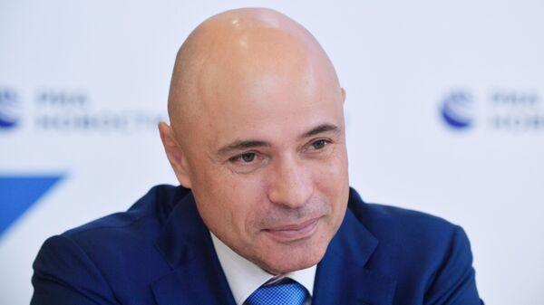 Глава администрации Липецкой области Игорь Артамонов у стенда МИА Россия сегодня на Петербургском международном экономическом форуме - 2021