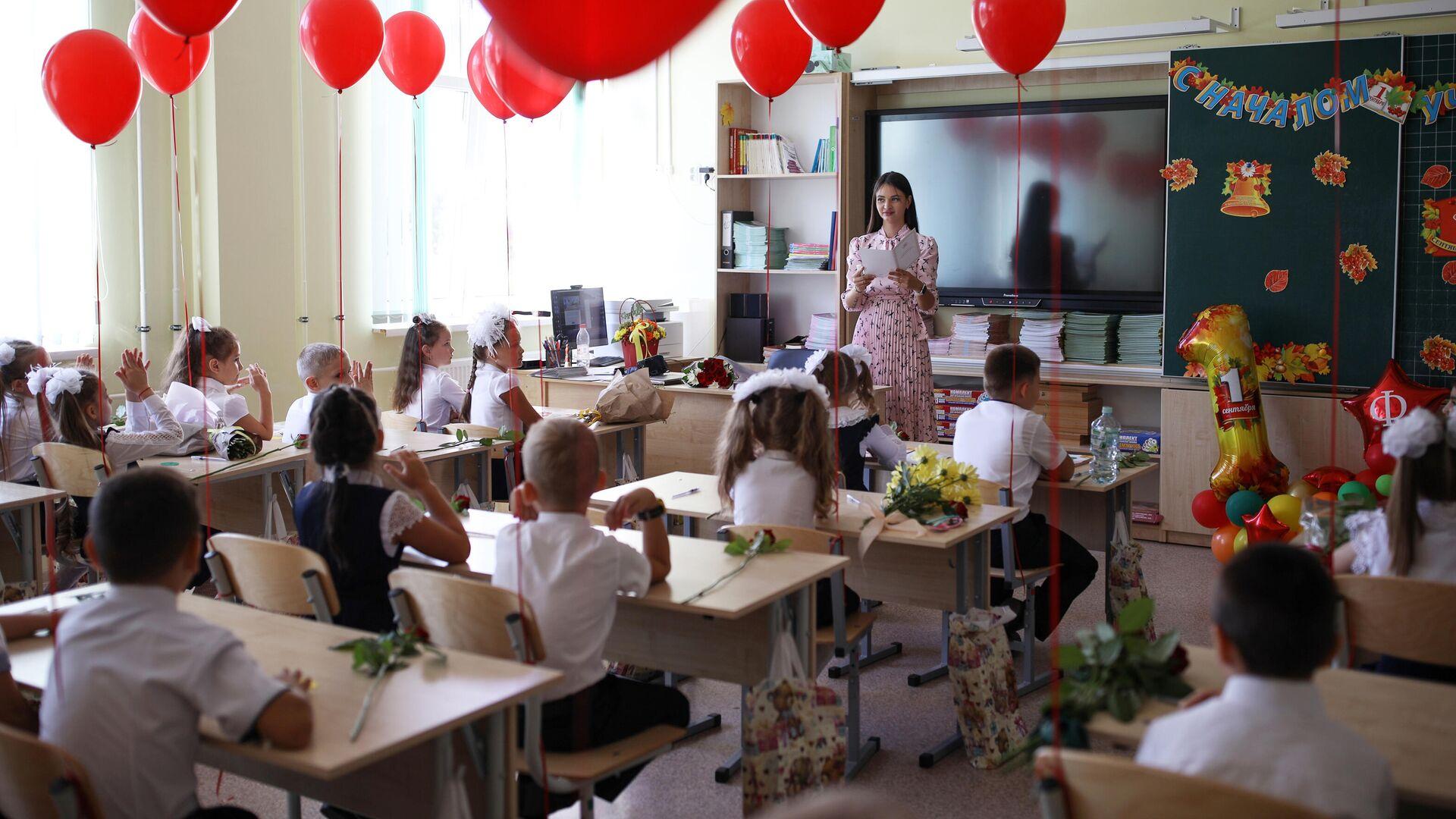 Первоклассники сидят за партой в классе в школе №71 в День знаний в Краснодаре - РИА Новости, 1920, 12.07.2021