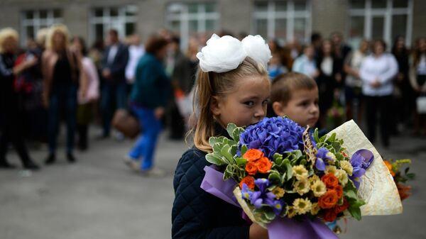 Ученики первых классов гимназии №1 города Новосибирска во время торжественной линейки посвященной Дню знаний