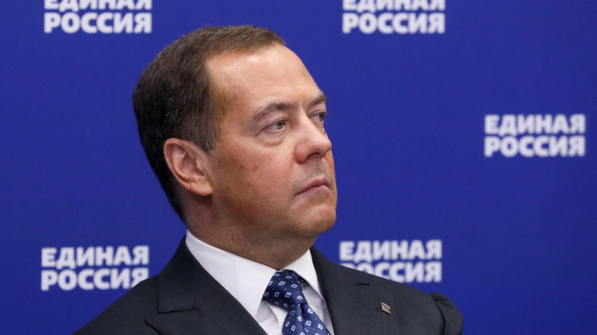 """Медведев призвал """"Единую Россию"""" подготовить новую программу"""