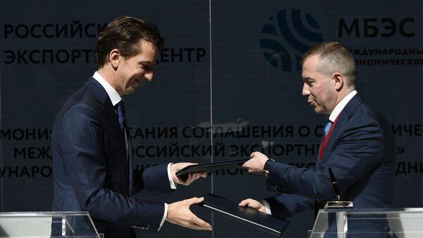 Старший вице-президент АО Российский экспортный центр Никита Гусаков и председатель правления Международного банка экономического сотрудничества Денис Иванов на ПМЭФ-2021