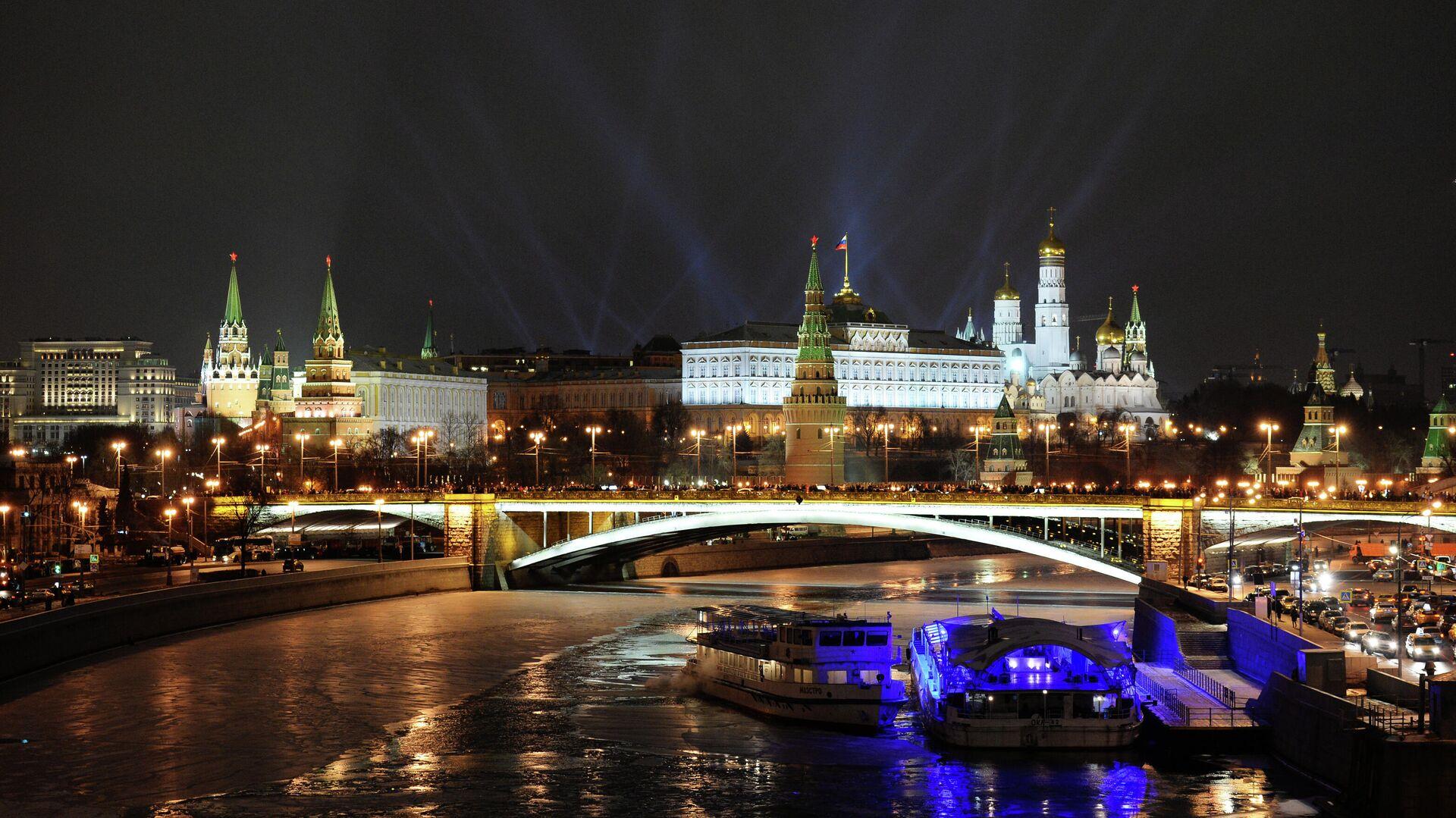 Вид на Кремль с Патриаршего моста в новогоднюю ночь - РИА Новости, 1920, 08.09.2021