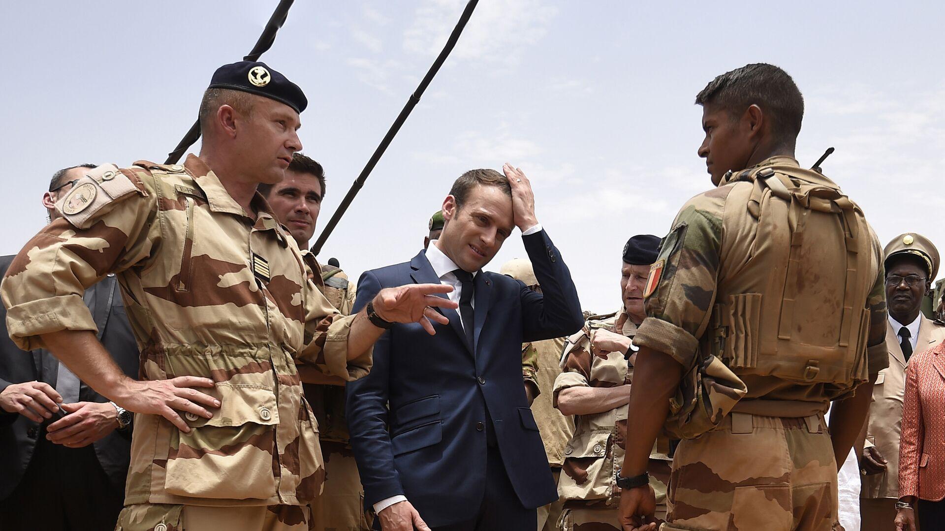 Президент Франции Эммануэль Макрон во время посещения французского контингента операции Бархан в Мали - РИА Новости, 1920, 31.08.2021