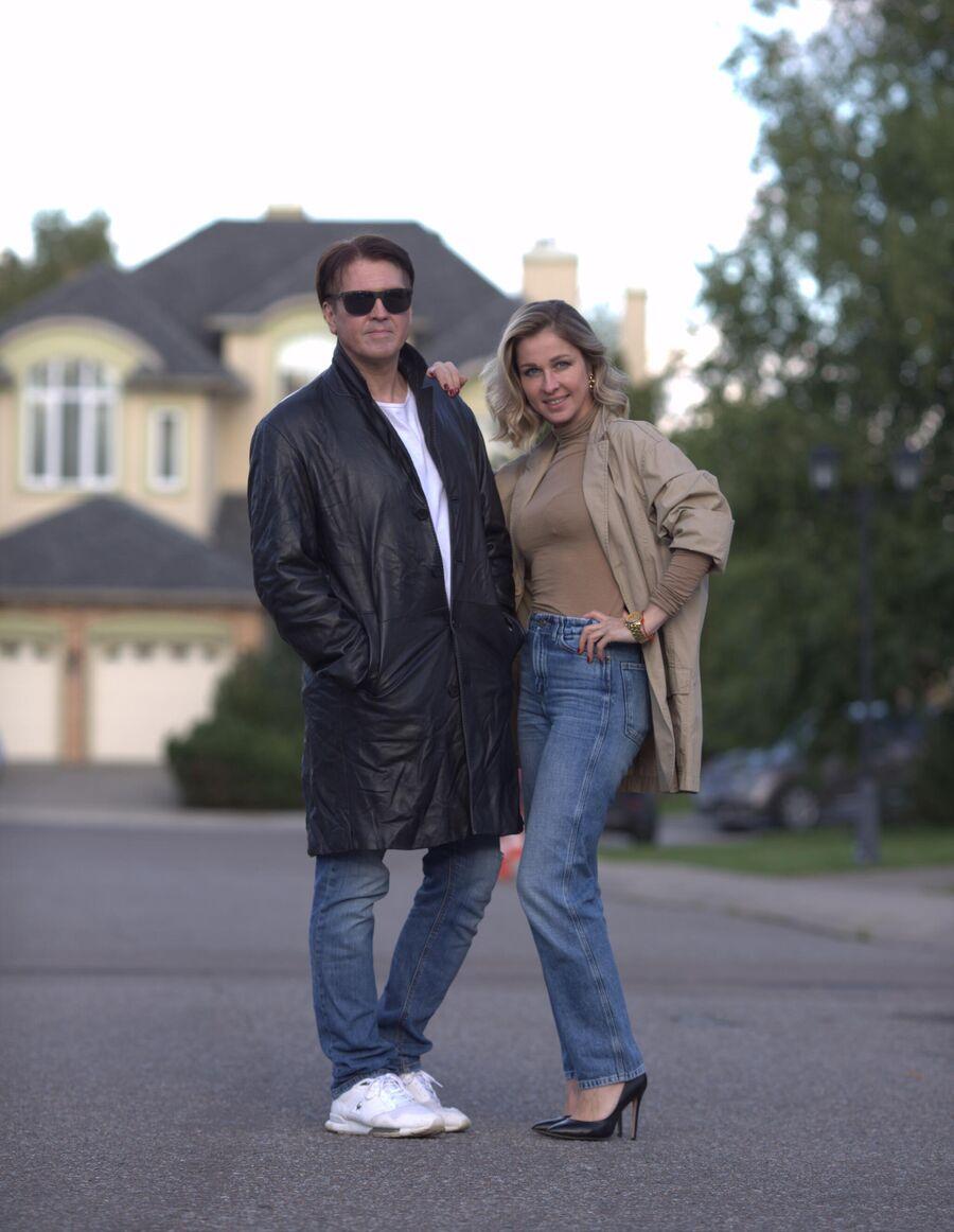 Денис Матросов с женой Ольгой в подмосковном поселке, у своего загородного дома