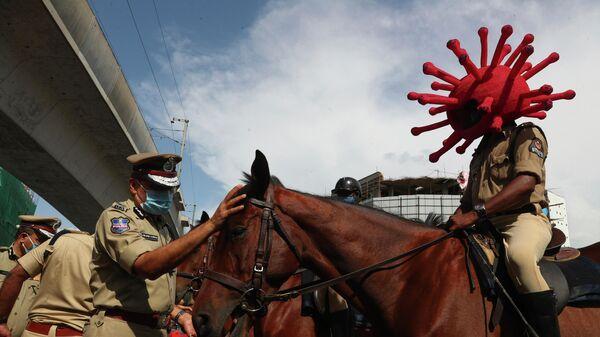 Сотрудник полиции в костюме коронавируса в Хайдарабаде, Индия