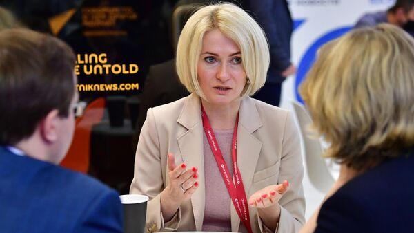 Заместитель председателя правительства РФ Виктория Абрамченко у стенда МИА Россия сегодня на Петербургском международном экономическом форуме - 2021