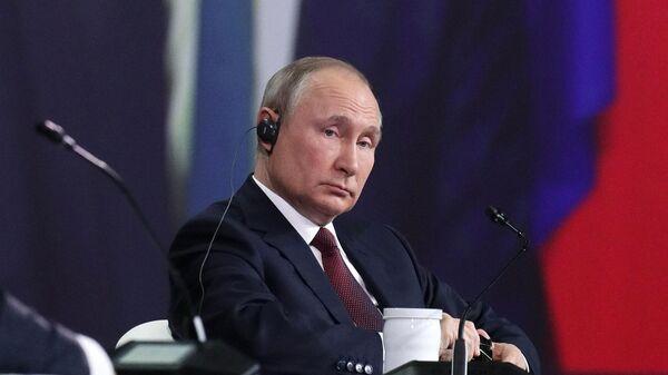 Президент РФ Владимир Путин на пленарном заседании в рамках Петербургского международного экономического форума - 2021
