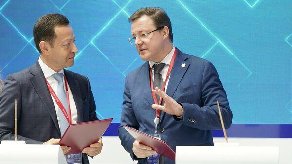Генеральный директор ООО УК Ветроэнергетика Александр Чуваев и губернатор Самарской области Дмитрий Азаров после подписания соглашения о сотрудничестве в рамках ПМЭФ-2021