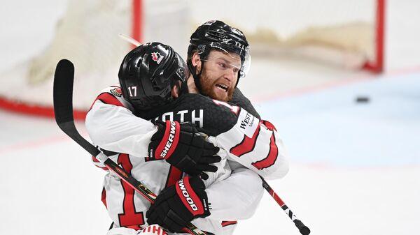 Хоккеисты сборной Канады Джастин Дэнфорт и Коннор Браун