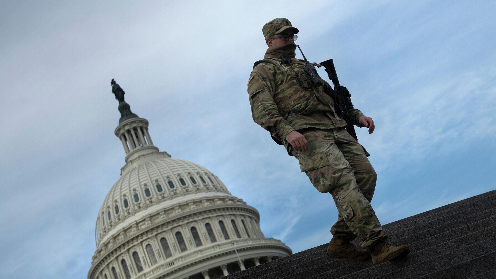 Солдат Национальной гвардии США возле здания Капитолия - РИА Новости, 1920, 06.06.2021