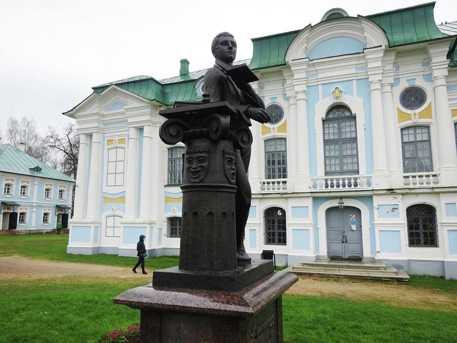 Главный дом (дворец). Памятник Грибоедову