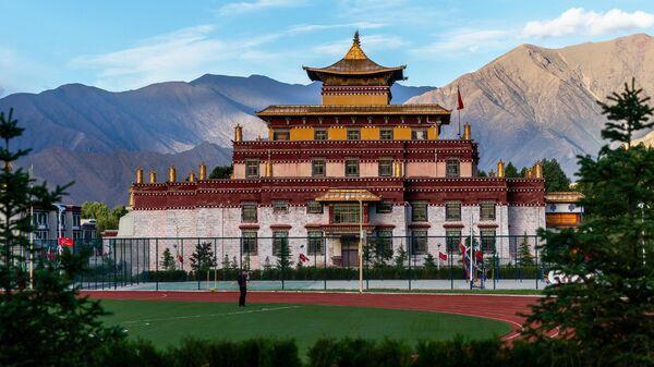 Вид на Буддистский институт в деревне Жэдуй городского округа Лхаса в Тибете