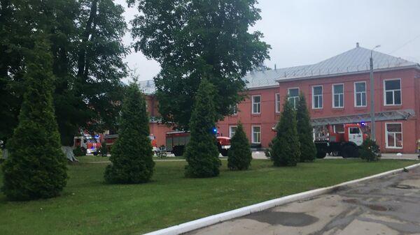 Машины и сотрудники пожарной службы возле больницы в Рязани, где произошел пожар в реанимационном отделении