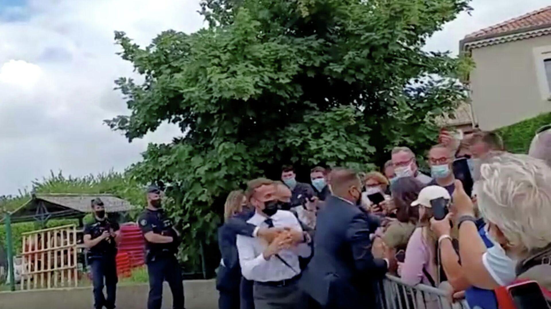 Президент Франции Эммануэль Макрон во время нападения на него в Тэн-Л'Эрмитаж - РИА Новости, 1920, 09.06.2021