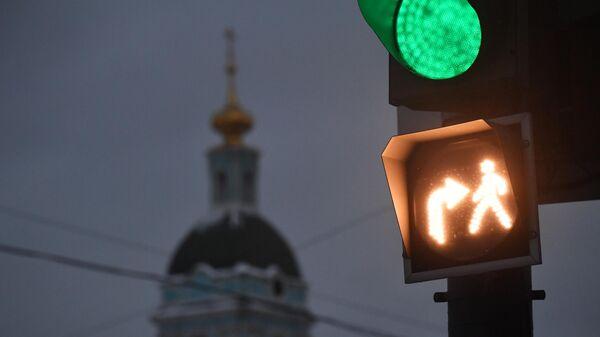Новый светофор с совмещенной фазой, разрешающий одновременное движение пешеходов и автомобилей, которые совершают поворот