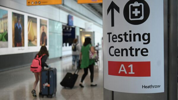 Указатель к центру тестирования на Covid-19 в Терминале аэропорта Хитроу, Лондон