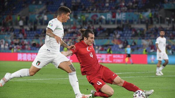 Джованни ди Лоренцо и Чаглар Сёюнджю в матче чемпионата Европы по футболу