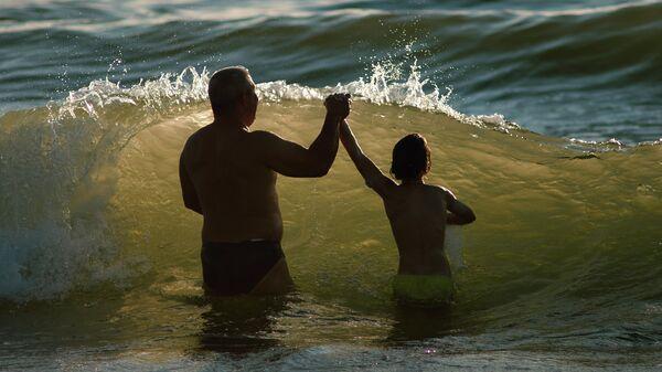 Отдыхающие купаются в Балтийском море в Калининградской области