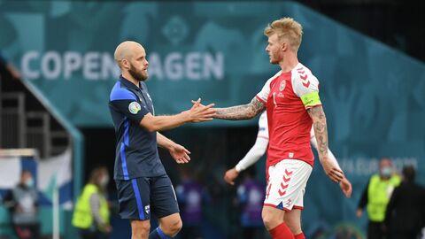 Нападающий сборной Финляндии Теему Пукки (слева) и защитник сборной Дании Симон Кьер