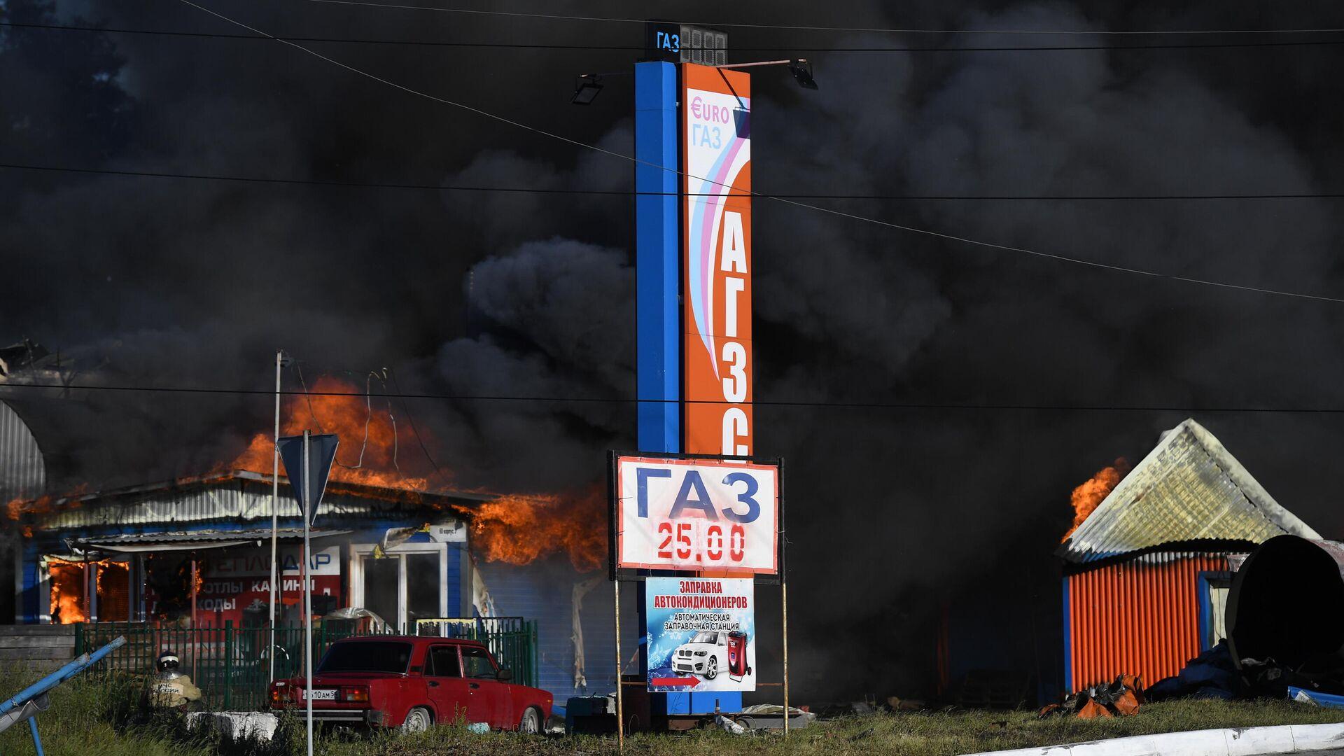 Автозаправка горит в Новосибирске - РИА Новости, 1920, 15.06.2021