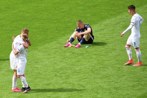 Футболисты сборной Чехии радуются победе